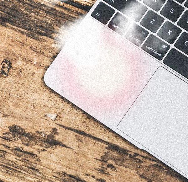 MacBookの必須アイテム。角度を付けるだけで、キーボードが打ちやすく!熱くなりにくく!